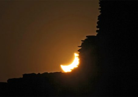 After the annular eclipse of 2012, the partially eclipsed Sun set behind a ruined wall in Chaco Canyon Historical Park, New Mexico (Photo by Paul Deans/TQ).